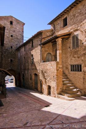 Via con una casa antica, dove si entra con delle scale. La strada passa sotto a una torre, che è la porta principale del borgo.