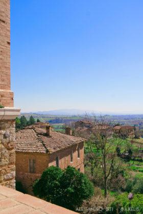 Panorama da un terrazzo con vista sulla campagna umbra.
